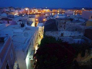Serie Griechenland Insel Syros Ermoupolis Hafen Abend