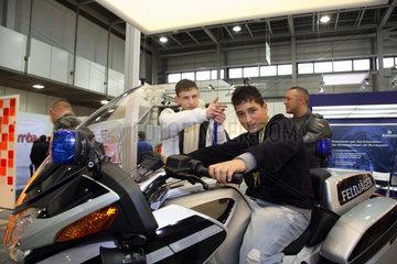 Berlin  Deutschland  Jugendliche testen moderne Zweiraeder auf der Jugendmesse YOU