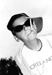 freches Kind raucht Zigarette