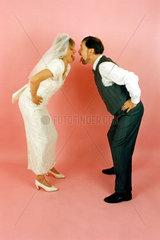 Hochzeitspaar beide stecken Zunge raus