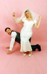 Hochzeitspaar Braut sitzt auf Mann
