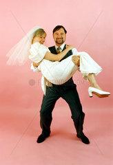 Hochzeitspaar Mann traegt Braut