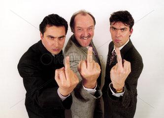 Drei Maenner zeigen den Finger