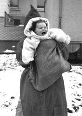 Weihnachtsmann bringt Baby