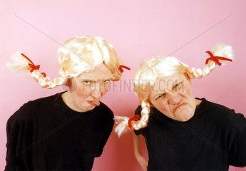 zwei grimmige Frauen mit blonden Zoepfen
