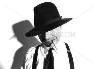 Gangster mit Hut und Zigarette