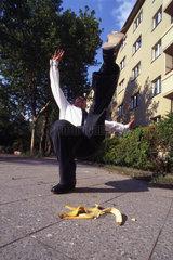 Mann rutscht auf Bananenschale aus
