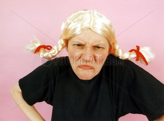 grimmige Frau mit blonden Zoepfen