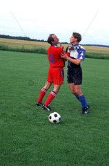Zwei Fussballspieler streiten sich