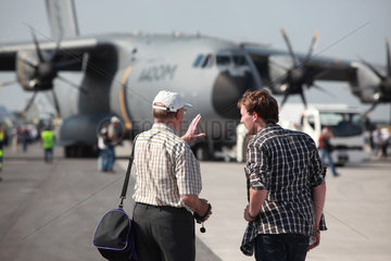 Schoenefeld  Deutschland  Besucher bestaunen den Airbus A400M