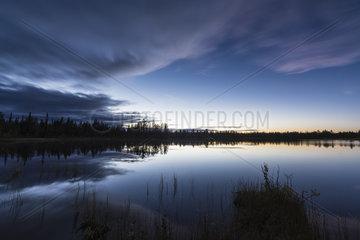 Abendstimmung an einem Waldsee  Lappland