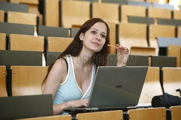 Studentin in der Vorlesung an der Universitaet