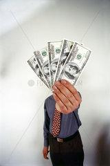 Mann mit Dollarscheinen in der Hand
