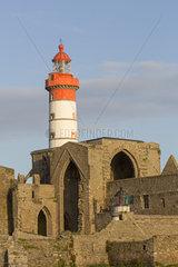 Pointe de St-Mathieu Leuchtturm mit Abtei  Bretagne  Frankreich  Europa