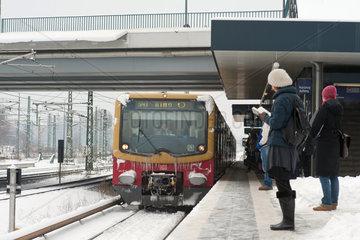 Berlin  Deutschland  Ringbahn S41 bei der Anfahrt auf den S-Bahnhof Westhafen