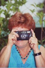 Frau fotografiert Kamera