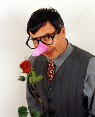 Mann mit Kondom auf der Nase