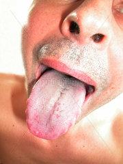 Mann streckt Zunge raus