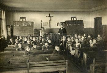 Dorfschule in Grossdingharting Naehe Muenchen  Klassenfoto  1923