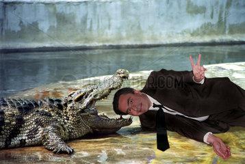 Mann im Maul eines Krokodils