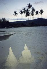 Thailand  Koh Samui  Buddha aus Sand am Strand