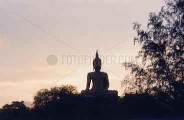 Thailand  Koh Samui  Buddhaskulptur im Abendlicht