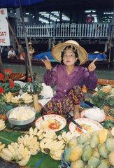 Thailand  Bangkok  floating market  Frau verkauft Obst