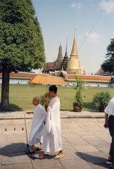 Thailand  Bangkok  Wat Phra Kaeo Nonnen alt und jung