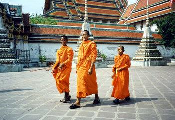 Thailand  Bangkok  Wat Po  drei junge Moenche