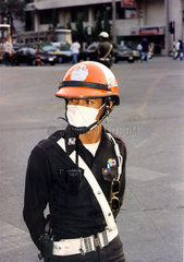 Verkehrspolizist mit Mundschutz