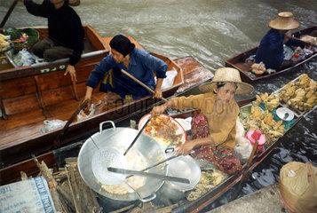 Garkueche auf Boot  floating market  Thailand  Bangkok