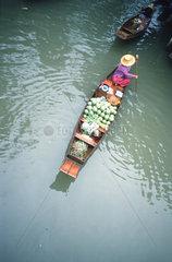 Boot mit Lebensmitteln  floating market  Bangkok  Thailand