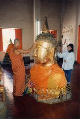 eingegrabener Buddha