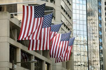 Philadelphia  Nationalflaggen der USA an einem Gebaeude