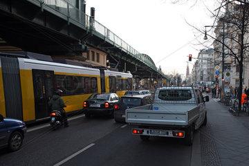 Berlin  Deutschland  Autos und eine Strassenbahn warten an einer roten Ampel in der Schoenhauser Allee