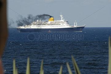 Kreuzfahrtschiff mit Qualmwolke