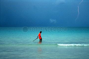 Mann mit T-shirt Blitz Gewitter Meer