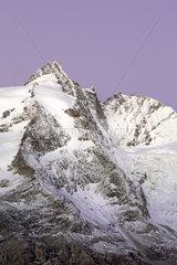 Gipfel des Grossglockner im Morgenlicht  Nationalpark Hohe Tauern  Kaernten  Oesterreich  Europa