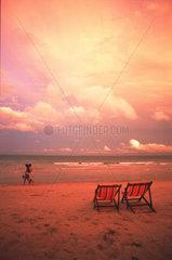 Strand Abendlicht rot Liegestuehle  Thailand Koh Samui