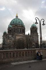 Berlin  Deutschland  Berliner Dom mit Strassenmusikantin