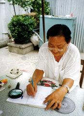 Mann erstellt astrologische Zeichnung