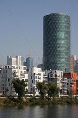 Frankfurt am Main  Deutschland  Wohngebaeude und Westhafen Tower
