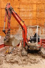 Madrid  Spanien  Kleiner Bagger steht auf einer Baustelle