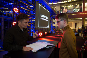 Starfotograf David LaChapelle bei einer Autogrammstunde nach einer Veranstaltung in der Stary Browar  Poznan  Polen
