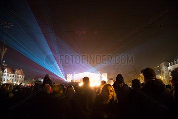 Polen  Poznan  Lasershow zum Abschluss der Feier am Unabhaengigkeitstag (Dzien Niepodligosci)
