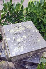 Berlin  Deutschland  Grab von Horst und Doris Cornelsen auf dem Dorotheenstaedtischen Friedhof