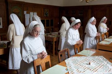 Heitersheim  Deutschland  Schwestern beten vor dem Essen