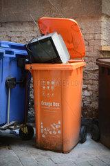 Berlin  Deutschland  Orange Box auf einem Hinterhof in Berlin-Mitte