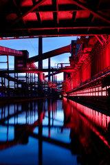 Essen  Deutschland  beleuchtete Kokerei der Zeche Zollverein am Abend