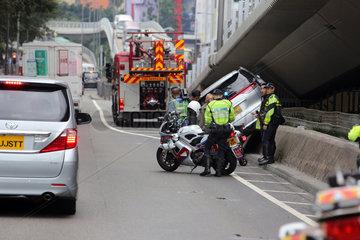 Hong Kong  China  Polizisten sichern eine Unfallstelle